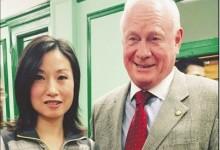 海豚游泳培訓中心總教練Tiffany Yip 在農曆新年慶祝活動時接受感謝狀,與參議員高頓合影